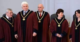 Броят на секциите не може  да зависи от местоживеенето на българите.Нарушава Конституцията!