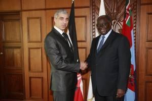 Снимка с предишния президент на Кения Кибаки