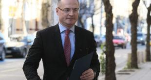 """Делото """"Лозан Панов срещу КПКОНПИ"""" тръгна и приключи в административния съд"""