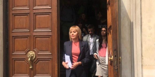 """Манолова """"подари"""" на Борисов законопроект с условия и отговорности за събирачите на дългове"""