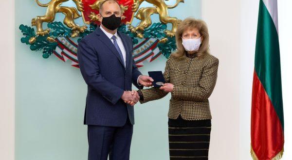 Проф. Екатерина Трендафилова бе отличена от президента Радев с Почетния знак на държавния глава